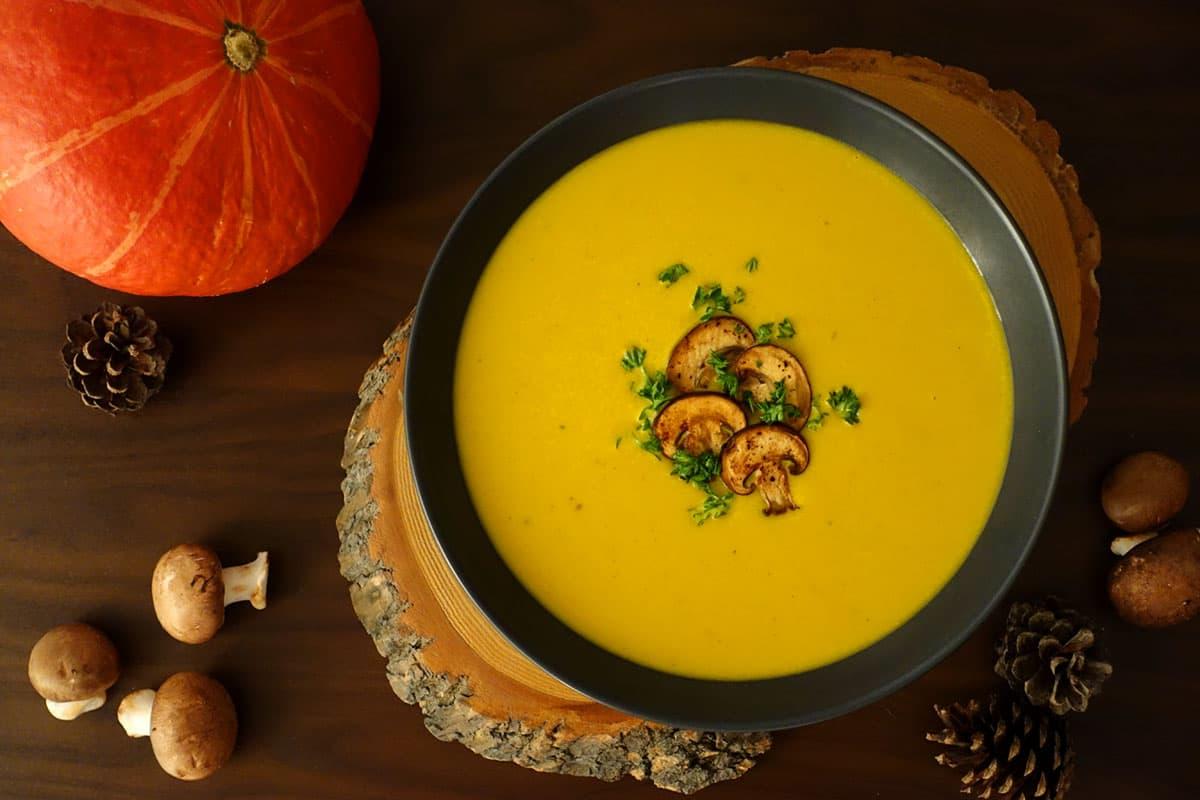 Kürbiscrèmesuppe mit Champignons ist ein Herbstgericht gewürzt mit Curry, Ingwer und Kreuzkümmel