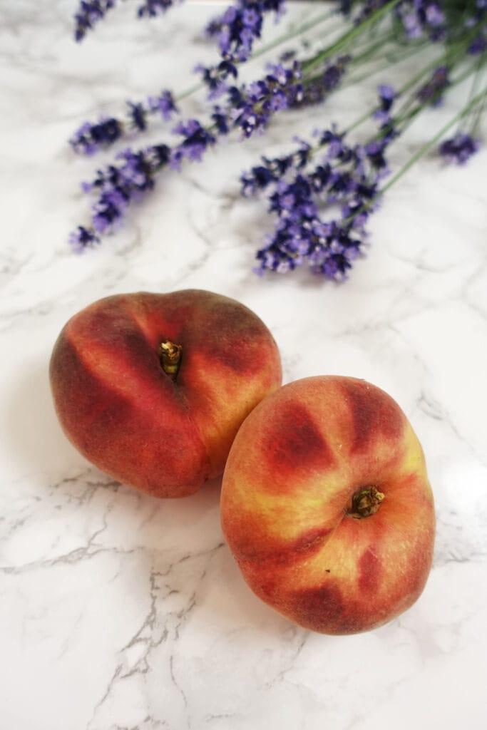 Neben den Zutaten ist ein Bild von Pfirsichen und Lavendel zu sehen, die im Rezept vor kommen.