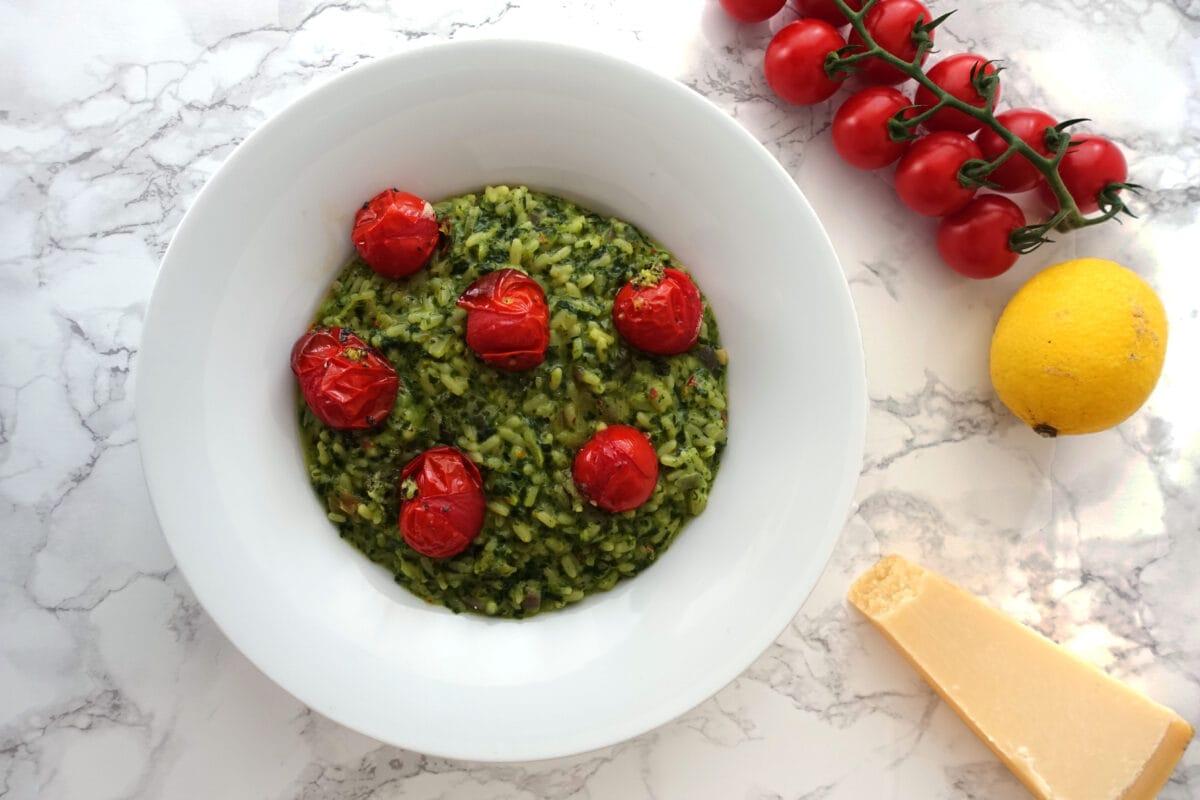 Cremiger Spinatrisotto mit Zitrone, Tomaten und Mascarpone