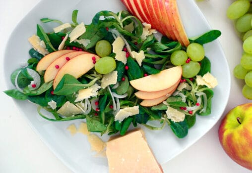 Nuesslisalat mit weissen Trauben und rosa Pfefferkoerner