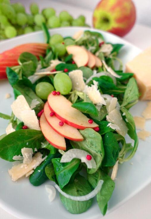 Nuesslisalat mit Parmesan, Trauben, Apfel und Fruehlingszwiebel