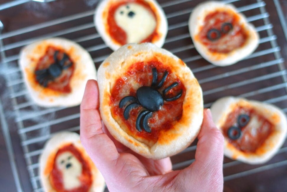 Halloween Pizza mit Oliven