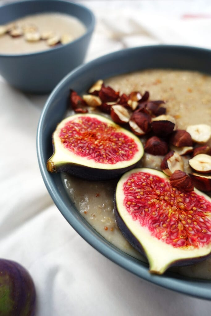 Porridge mit Feige, Zimt, Apfel und Nelken