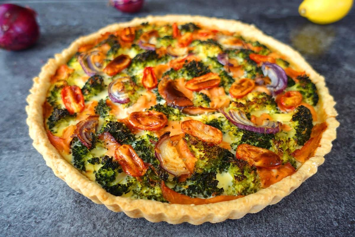 Lachsquiche mit Broccoli und Tomaten