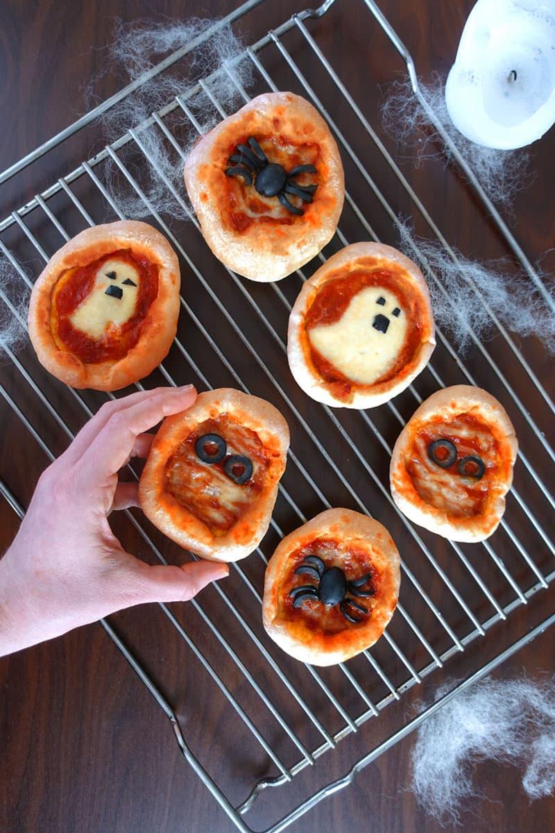 Halloween Rezept Mini Pizza mit Oliven