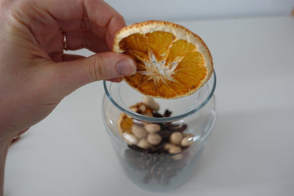 Potpourri selber machen ins Glas fuellen