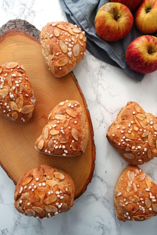 Broetchen backen mit Apfel und Mandel