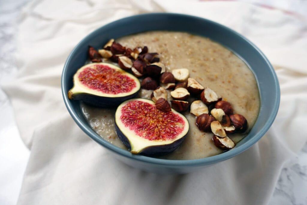 Porridge mit Feige und Apfel