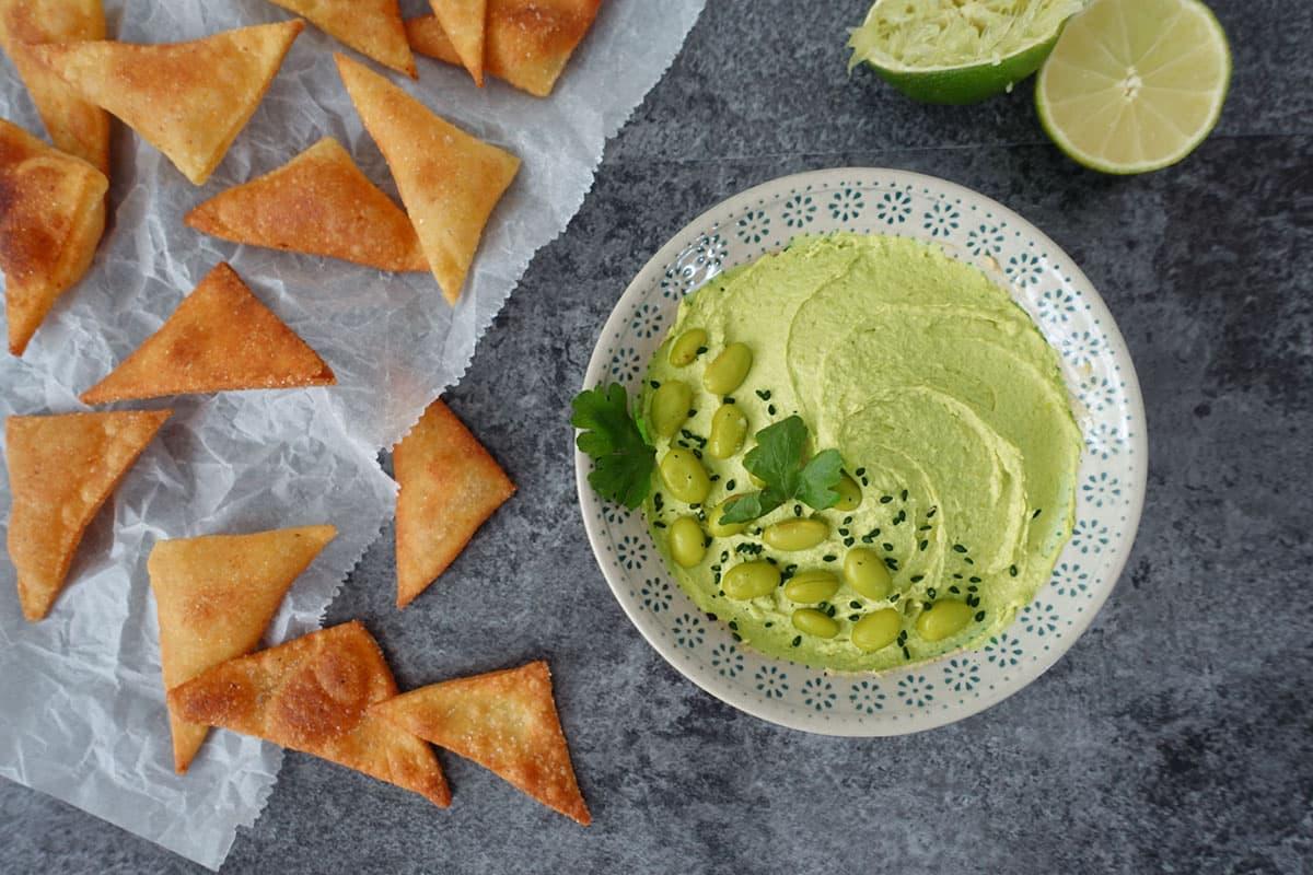 Edamame Hummus mit Crackern