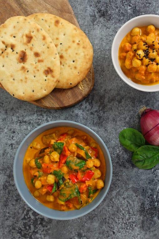 Kichererbsen-Curry mit Gemuese serviert