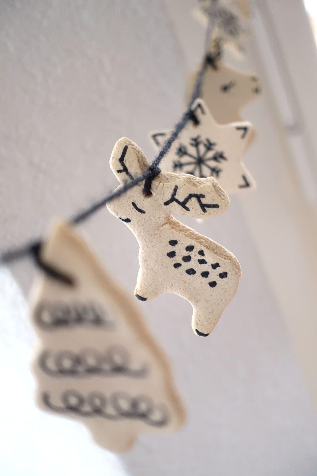 Weihnachtsdeko aufhaengen