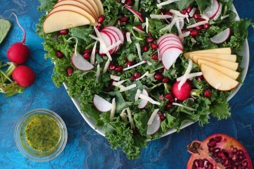 Wintersalat mit Federkohl, Granatapfel, Apfel und Senf-Dressing