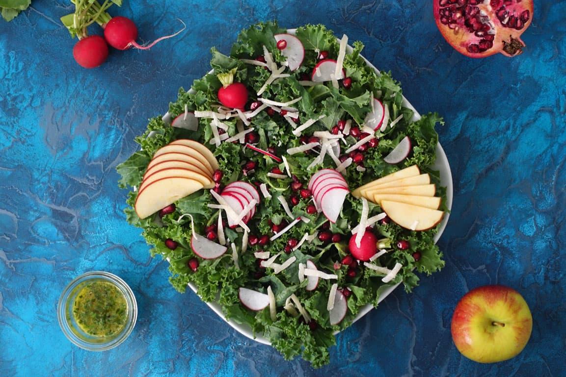 Wintersalat mit Federkohl, Apfel und Radieschen