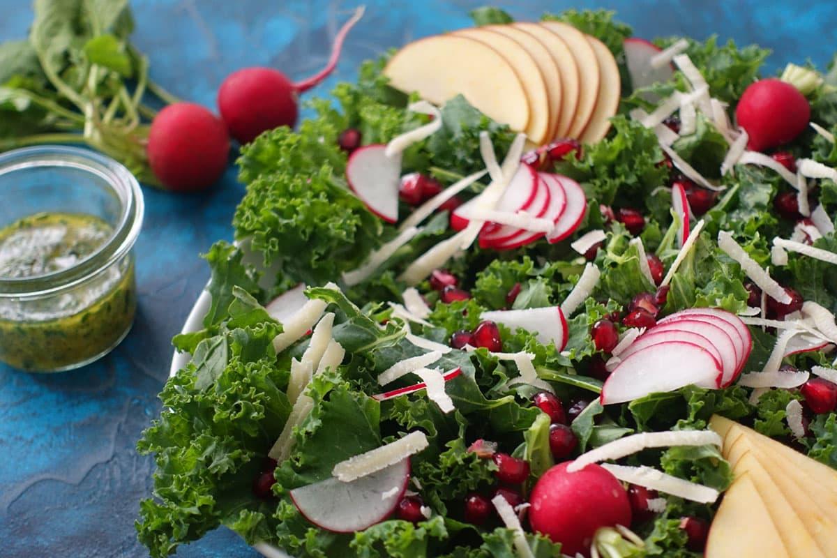 Wintersalat mit Federkohl und Apfel