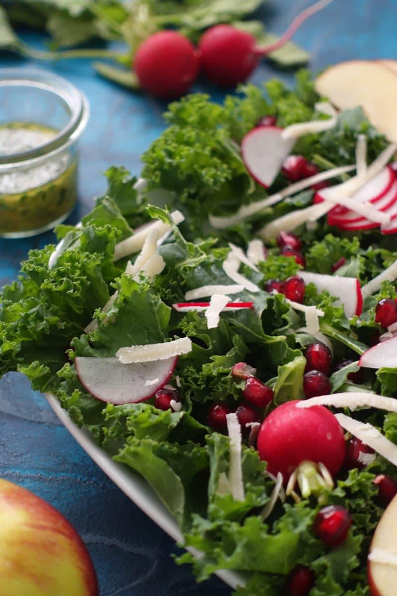 Kale Salad mit Federkohl, Granatapfel, Apfel und Radieschen