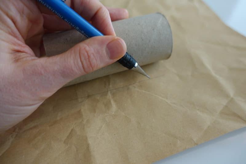 Mit einem Bleistift die Klorolle umrahmen um zu wissen, wo zu zeichnen
