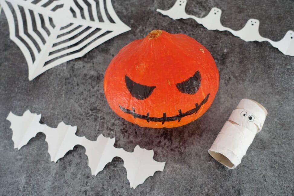 Halloween basteln mit Kindern Bastelidee und Videoanleitung für Scherenschnitt und Klopapier Mumie