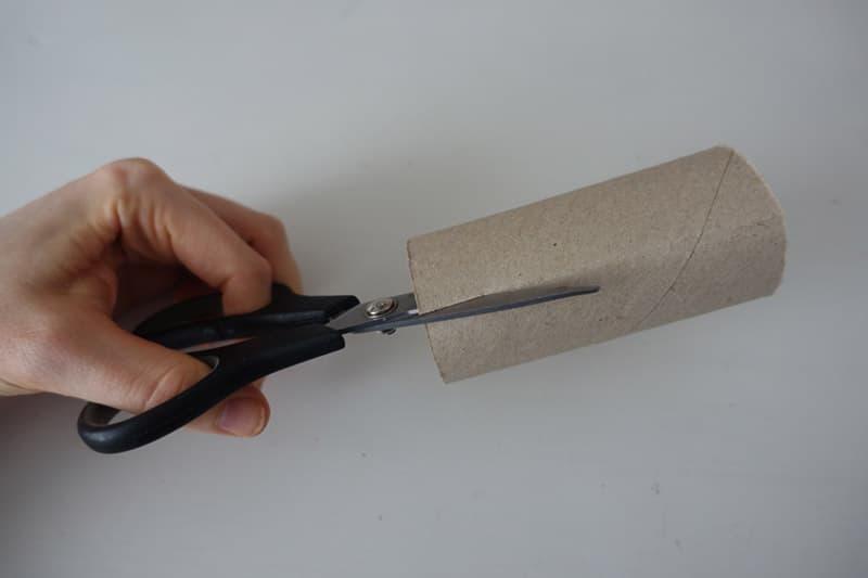 Die Klorolle wird mit einer Schere aufgeschnitten