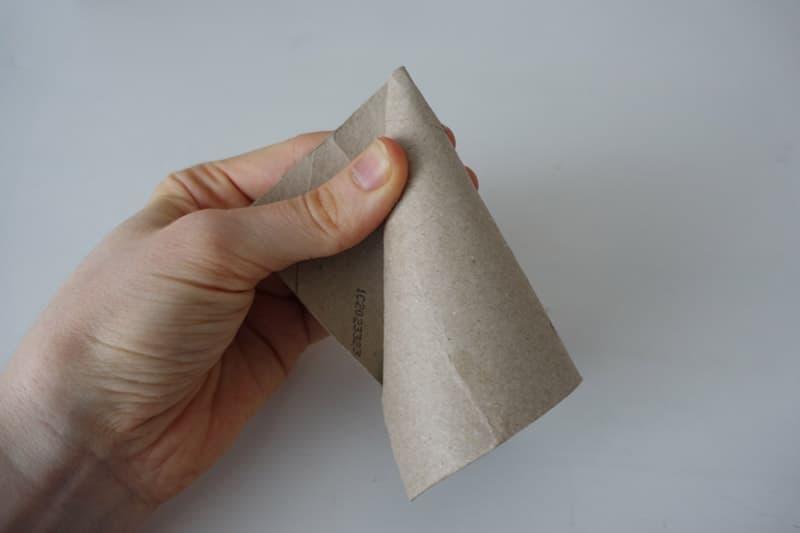 Die Klorolle wird zu einem Kartontrichter geformt