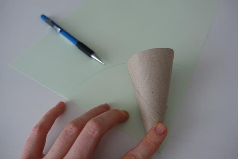 Mit dem Kartontrichter wird das Papier zurecht geschnitten