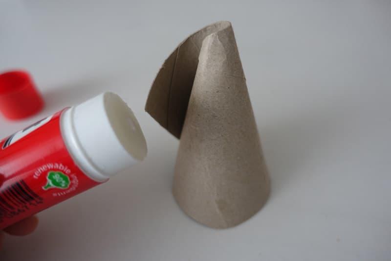 Die Klorolle wird mit Klebroller zusammengeklebt