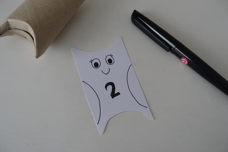 Die Eule wird auf das Stück Papier aufgemalt
