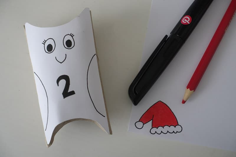 Den Eulen Adventskalender basteln mit einer selbst gemalten Nikolaus Mütze