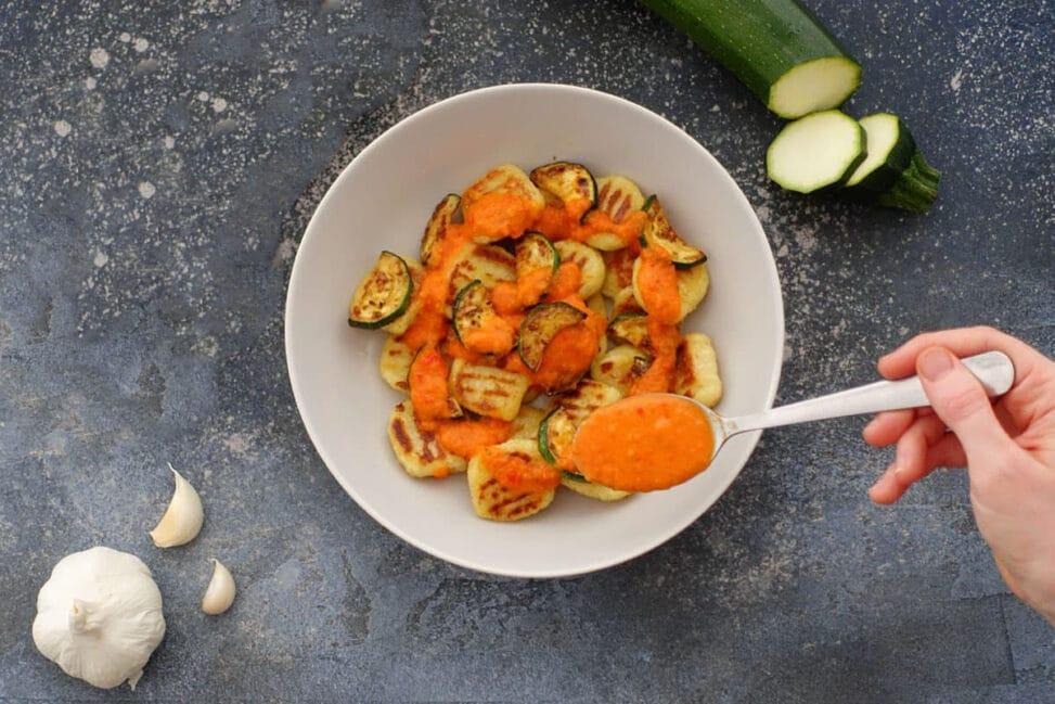 Vegane Gnocchi an Peperonisauce Paprikasauce mit gebratenen Zucchini