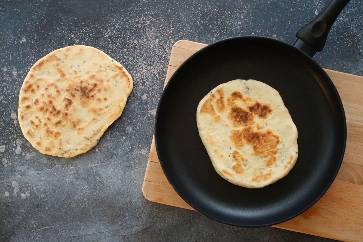 Naan Brot Rezept zum Selber machen mit schwarzem Sesam