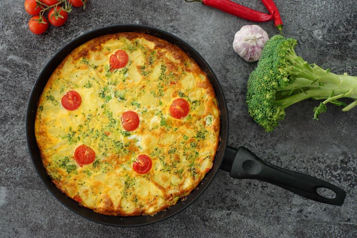 Broccoli Frittata mit Kartoffeln, Zwiebeln, Cherrytomaten und natürlich Eiern