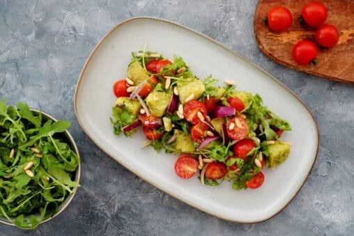 Kartoffelsalat mit Pesto und Cherrytomaten