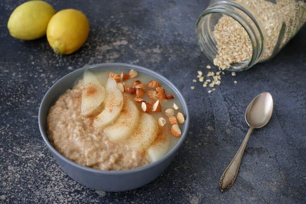 Zimtporridge mit Birnenmus und Zitrone