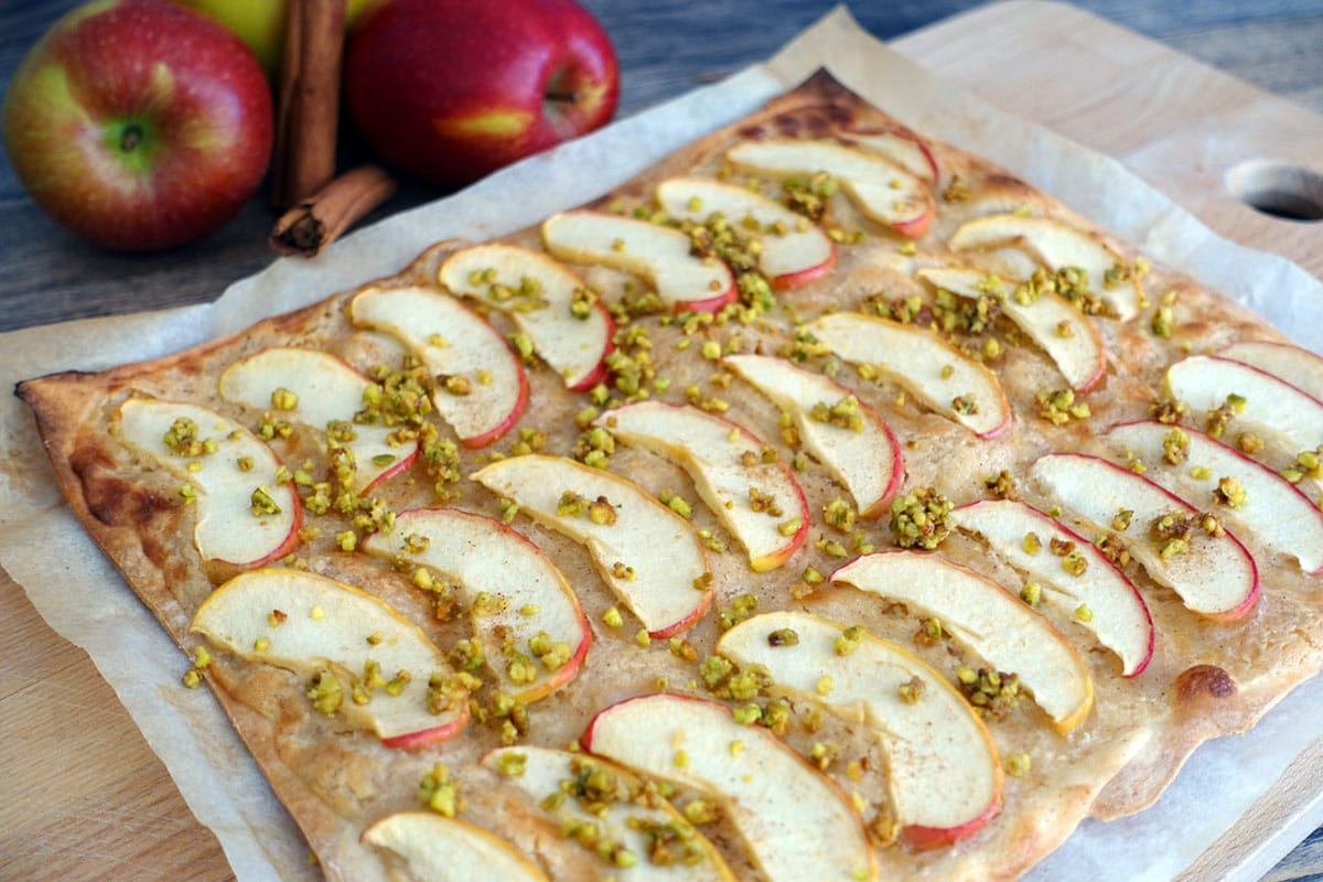 Flammkuchen mit Creme Fraiche, Apfel, Zimt und karamellisierten Pistazien