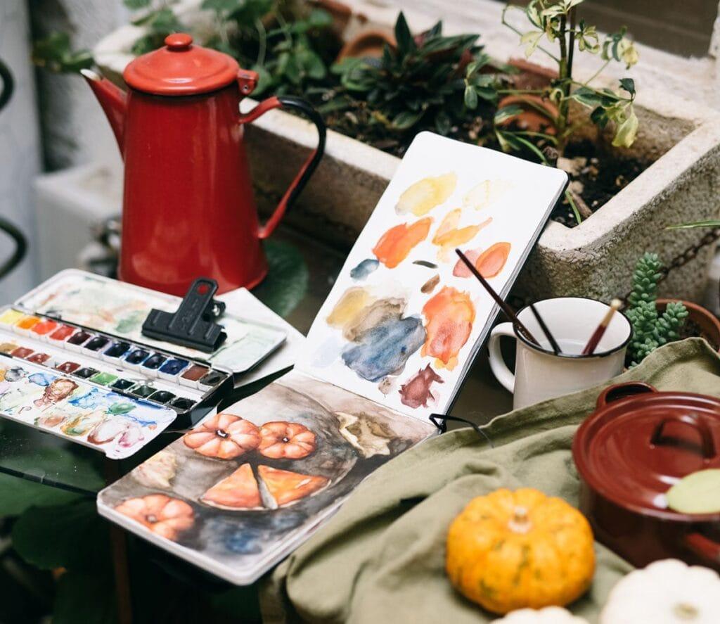Zeichnung von Kuerbissen gemalt mit Wasserfarbe als Beispiel für Bastelideen im Herbst