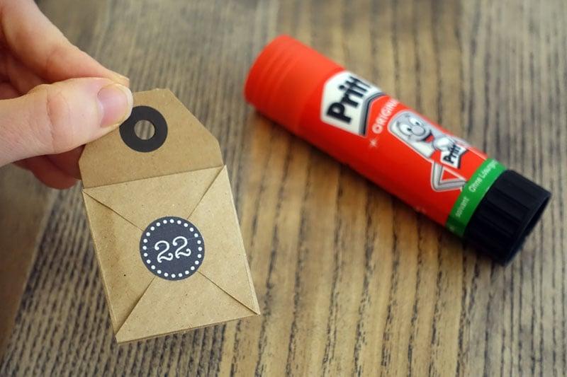Die Adventskalender Briefchen auf Karton aufkleben