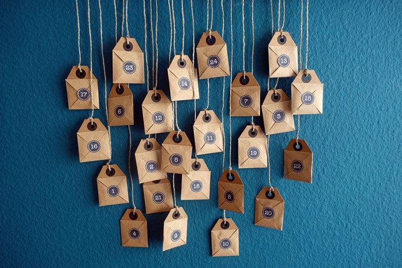 Die Foto Puzzle Adventskalender Briefchen aufhängen