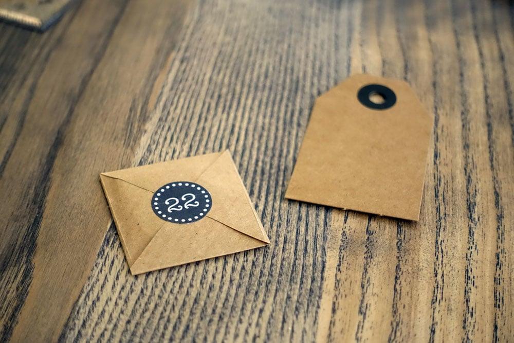 Adventskalender Briefchen auf Kartonhänger befestigen
