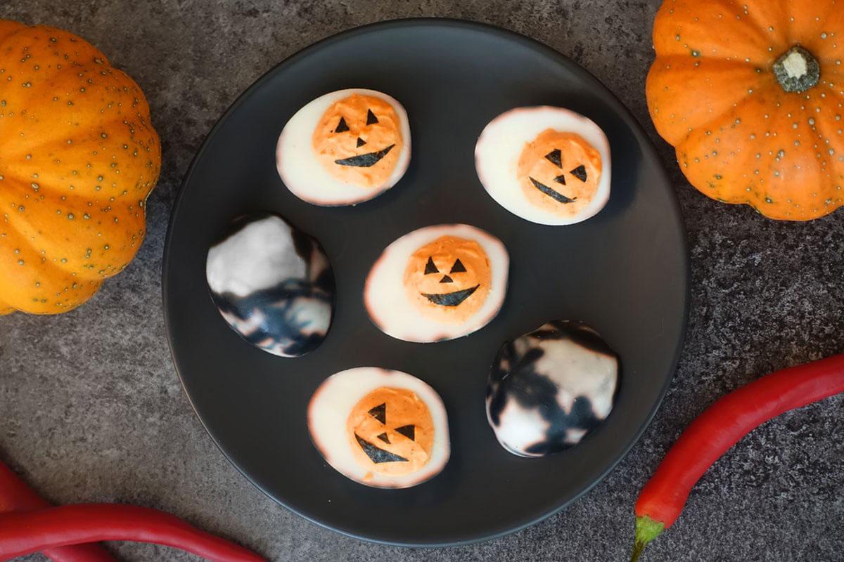 Deviled eggs mit Nori Blatt als Kürbis zu Halloween