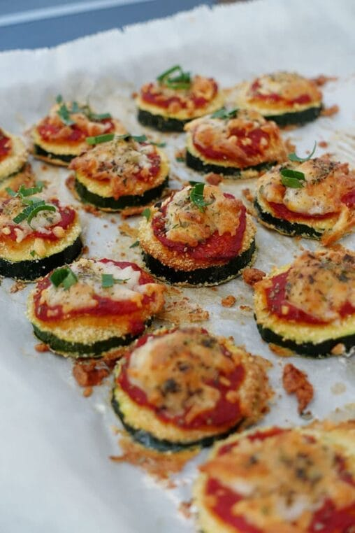Pizza Bites Apéro Häppchen aus panierten Zucchini mit Tomatensauce und Mozzarella