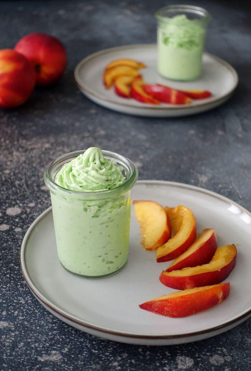 Basilikum Frozen Joghurt Yogurt mit Nektarinen