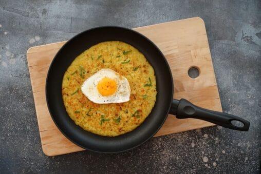 Ein klassisches Schweizer Rezept: Rösti aus geraffelten Kartoffeln und Spiegelei