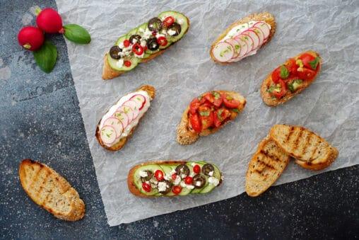 Bruschetta Variationen Varianten klassisch mit Tomaten, mit Gurke, Olive, Feta und mit Hüttenkäse und Radieschen