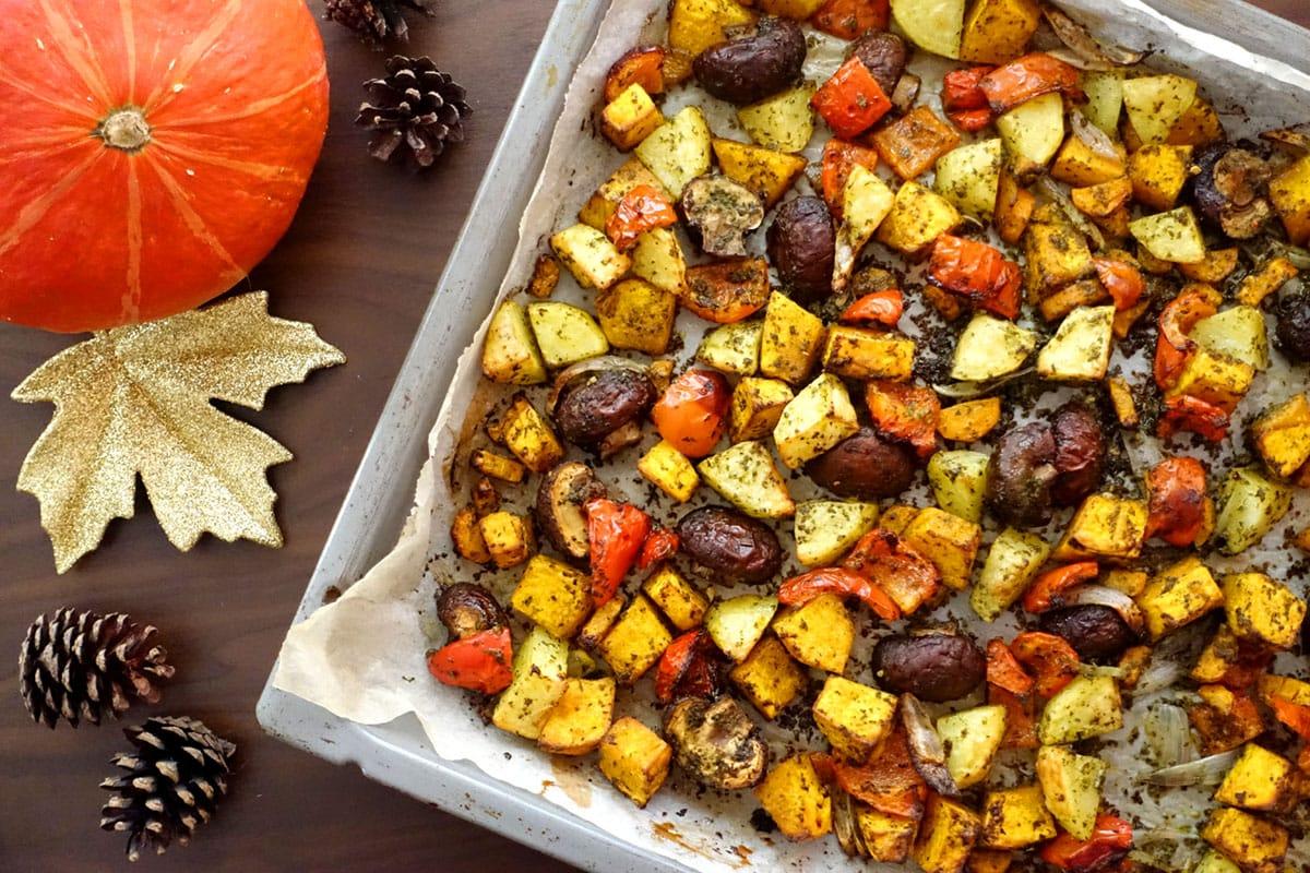 Herbstliches Ofengemüse mit Champignons, Kürbis, Kartoffeln, Paprika, Schalotten