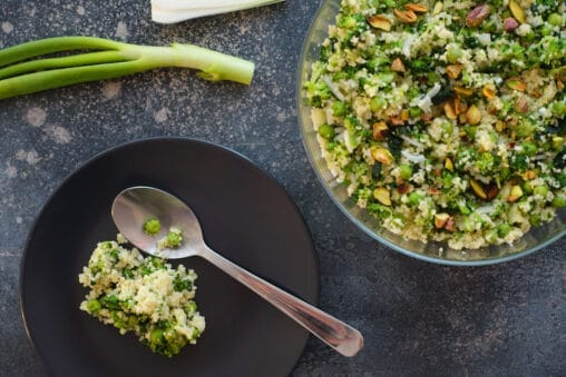 Grüner Couscous-Salat mit Erbsen, Broccoli, Petersilie, Pistazie und Frühlingszwiebel