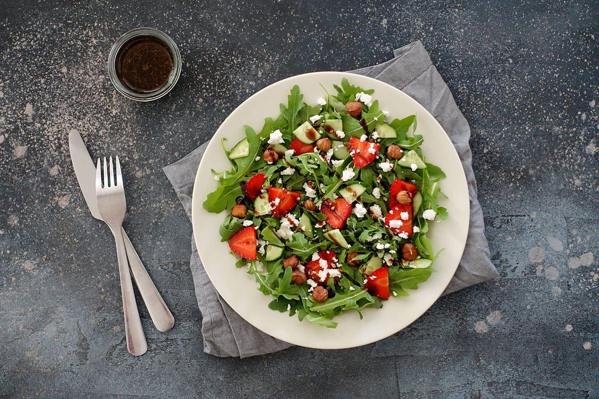 Rucola-Erdbeer-Salat mit Feta, Gurke, Haselnüssen an Honig-Balsamico-Dressing