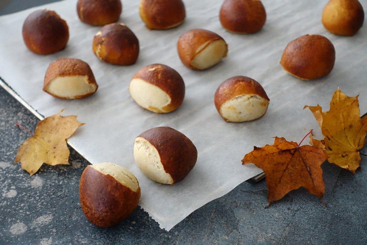 Laugenkastanien sind kleine Laugenbrötchen und das perfekte Partygebäck im Herbst
