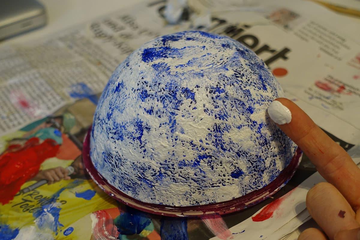 Papiermache DIY Anleitung Pulpe machen und bemalen mit blauer Farbe und Weiss