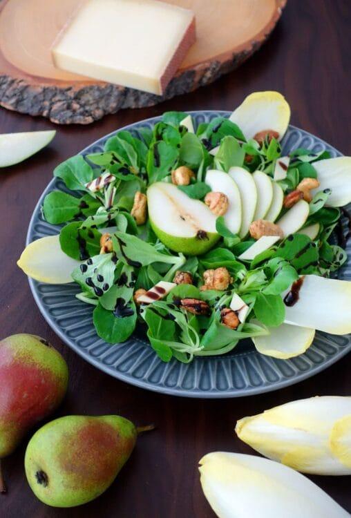 Herbstsalat mit Nüssen und Birnen, zusammen mit Chicoree, Käse und einem Balsamico Dressing
