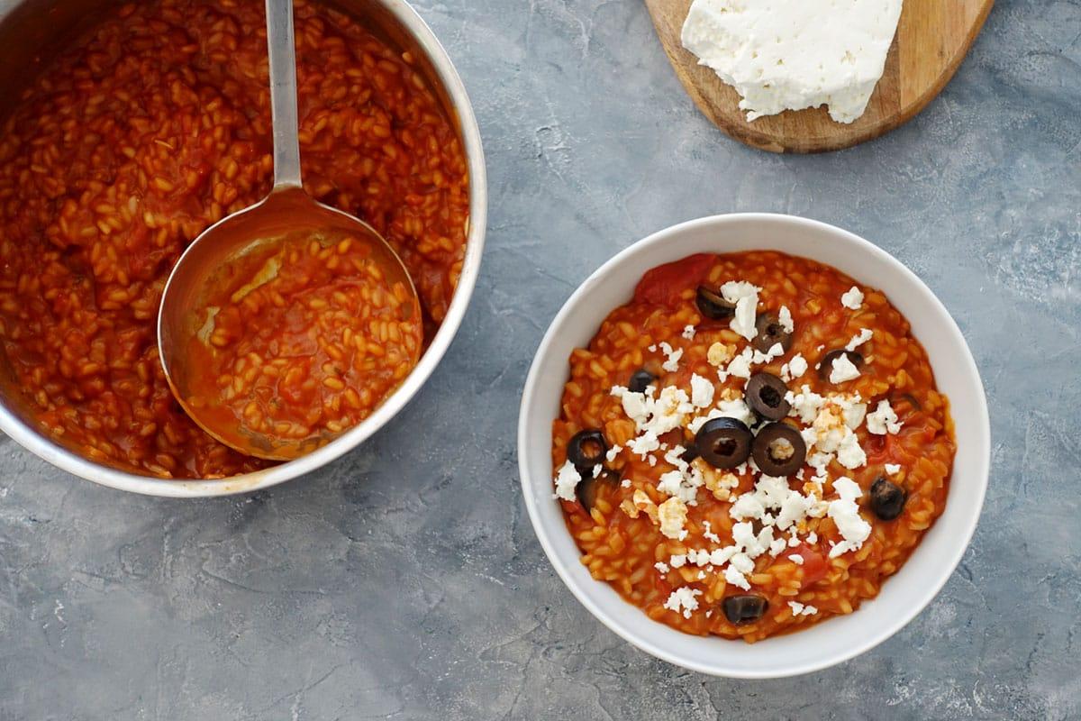 Tomatenrisotto mit Feta und schwarzen Oliven