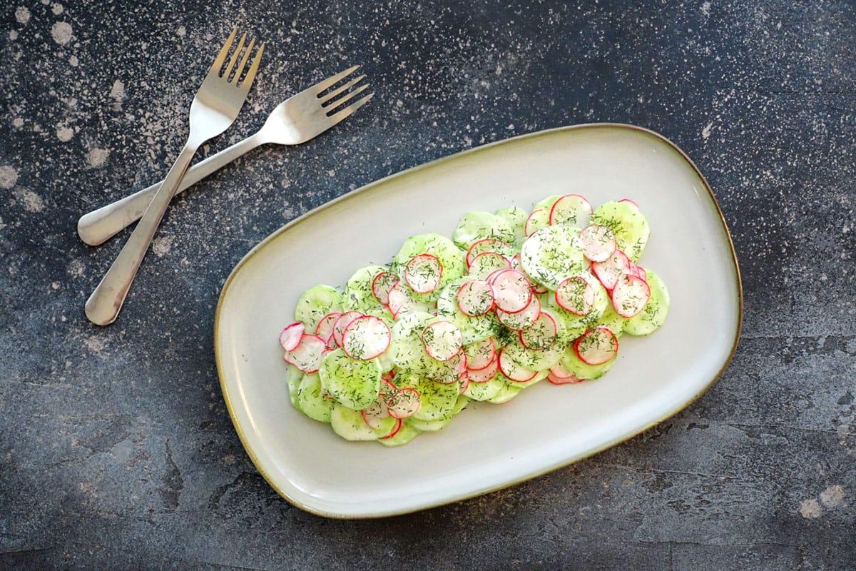 Gurken-Radieschen-Salat mit Joghurtdressing